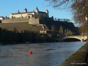 Hochwasser am 16.01.2011 in Würzburg. Festung Marienberg und Ludwigsbrücke (Löwenbrücke).