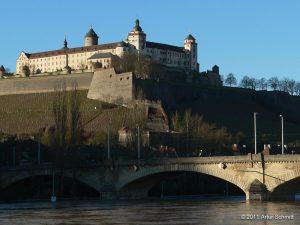 Hochwasser am 16.01.2011 in Würzburg. Festung Marienberg und Ludwigsbrücke.