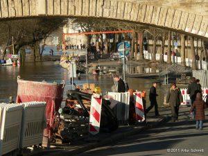 Hochwasser am 16.01.2011 in Würzburg. Überfluteter Ludwigkai unterhalb der Ludwigsbrücke (Löwenbrücke).