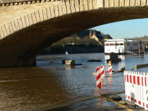 Hochwasser am 16.01.2011 in Würzburg. Unterhalb der Ludwigsbrücke: Blick auf St. Burkard und die Mainkuh.