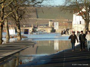 Hochwasser am 16.01.2011 in Würzburg. Willy-Brandt-Kai Richtung Oberer Mainkai mit Alter Mainbrücke.