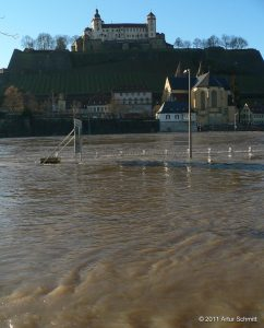 Hochwasser am 16.01.2011 in Würzburg. Der Main unterhalb der Festung Marienberg und St. Burkard.
