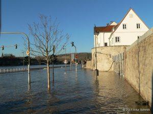Hochwasser am 16.01.2011 in Würzburg. Überfluteter Oberer Mainkai mit Hochwasserschutzwand.