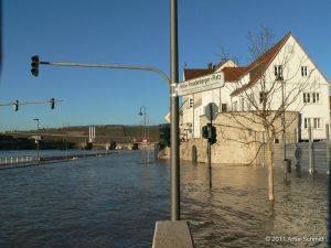 Hochwasser am 16.01.2011 in Würzburg. Überfluteter Willy-Brandt-Kai Höhe Einmündung Wirsbergstraße.