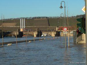 Hochwasser am 16.01.2011 in Würzburg. Überfluteter Oberer Mainkai mit Alter Mainbrücke.