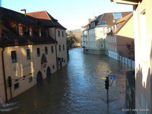 Hochwasser am 16.01.2011 in Würzburg. Überfluteter Mainkai von der Alten Mainbrücke aus gesehen.