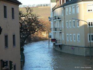 Hochwasser am 16.01.2011 in Würzburg. Überfluteter Mainkai an der Einmündung zur Karmelitenstraße von der Alten Mainbrücke aus gesehen.