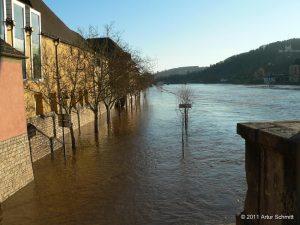 Hochwasser am 16.01.2011 in Würzburg. Überfluteter Oberer Mainkai in Höhe WÖHRL.