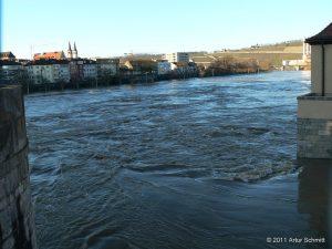Hochwasser am 16.01.2011 in Würzburg. Der Main unterhalb der Alten Mainbrücke.