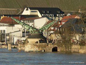 """Hochwasser am 16.01.2011 in Würzburg - Alter Kranen mit Blick auf Weinlage """"Stein""""."""