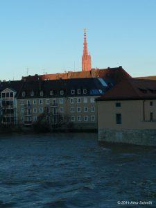 Hochwasser am 16.01.2011 in Würzburg. Blick auf den Turm der Marienkapelle am Marktplatz.