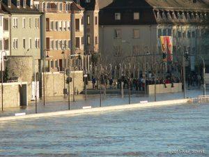 Hochwasser am 16.01.2011 in Würzburg. Blick von der Alten Mainbrücke auf den Felix-Freudenberger-Platz.