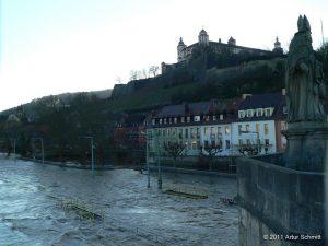 Hochwasser am 16.01.2011 in Würzburg. Der Main in Höhe Saalgasse unterhalb der Festung Marienberg.