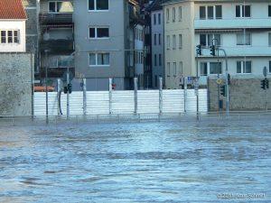 Hochwasser am 16.01.2011 in Würzburg. Blick von der Saalgasse auf den gegenüberliegenden Hochwasserschutz der Wirsbergstraße.