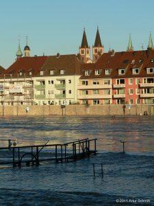 Hochwasser am 16.01.2011 in Würzburg. Blick von der Saalgasse auf den Oberen Mainkai mit den Türmen der Neumünsterkirche und dem St. Kiliansdom.
