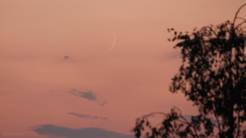 Schmale Mondsichel am 14. Juli 2018 um 21:49 Uhr erstmals nach Neumond sichtbar