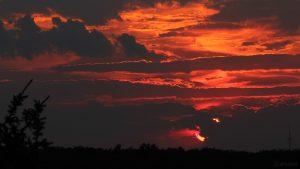 Sonnenuntergang am 16. Juli 2018 um 21:13 Uhr hinter Wolken