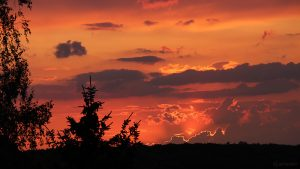 Sonnenuntergang am 28. Juli 2018 um 21:02 Uhr hinter Wolken