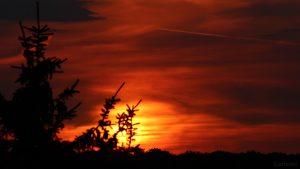 Untergehende Sonne am 31. Juli 2018 um 20:54 Uhr hinter Wolken