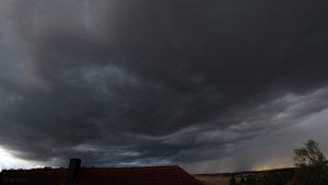 Lokales Tief mit markanten Wolken am 13. August 2018 um 19:11 Uhr