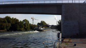 Der Main am 26. September 2018 um 10:48 Uhr bei Ochsenfurt mit Alter und Neuer Mainbrücke sowie Zuckerfabrik