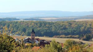Blick am 29. September 2018 um 15:59 Uhr über die St. Nikolauskirche in in Eisingen den Spessart