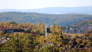 Turm der Philippuskirche in Eisingen am 29. September 2018 um 16:02 Uhr. Im Hintergrund ist ein Teil von Waldbrunn zu sehen.