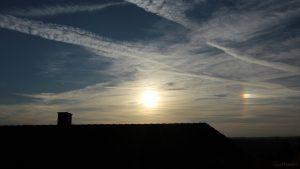 Sonne mit schwacher linker und ausgeprägter rechter Nebensonne am 17. Oktober 2018 um 17:16 Uhr