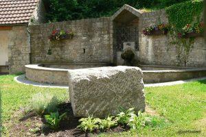 Dorfbrunnen mit dem Göpelstein in Eisingen