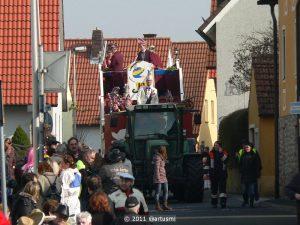 Kurz nach 14 Uhr erreicht der erste Faschingswagen die Stöckachstraße in der Ortsmitte.
