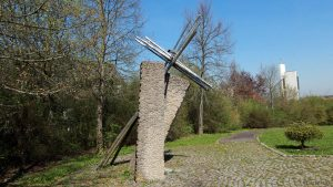 Kreuzschlepper und Urnengrab von Bernhard Hauser im Neuen Friedhof in Eisingen