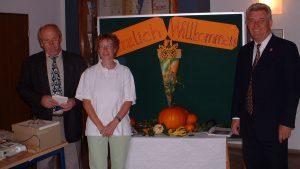 Wahlhelfer am 22. September 2002 - von links nach rechts: Willibald Baumeister, Karola Weber und Altbürgermeister Horst Pfau, Amtsvorgänger von Erich Günder.