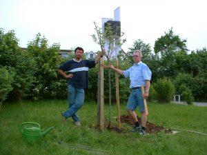Artur Schmitt und Robert Bromma nach der Pflanzung des Apfelbaums aus Bernières-sur-Mer am 3. Juni 2003
