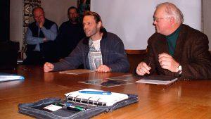 Björn Hauschild und 1. Bürgermeister Erich Günder beim Treffen des IK-Eisingen-Westumgehung am 9. Dezember 2003