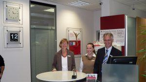 Sparkassenteam in neuen Räumen am 12. Mai 2007. Von links nach rechts: Irmgard Ott, Simone Lurz und Filialleiter Roland Borst.