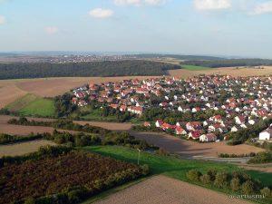 Westlicher Ortsrand von Eisingen mit Blick nach Waldbüttelbrunn