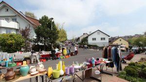BRK-Straßenflohmarkt am 5. Mai 2013 in der Merowingerstraße an der Einmündung zur Weinbergstraße
