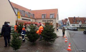 Christbaumverkauf der Jugendfeuerwehr am Place de Bernières-sur-Mer - Der traditionelle Christbaumverkauf dieses Jahr erstmals vor neuer Kulisse.
