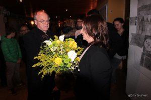Gemeinderat Dr. Helmut Kennerknecht gratuliert Bürgermeisterin Ursula Engert zum Wahlsieg.