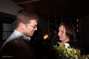 CSU-Ortsvorsitzender Julian Hertzig gratuliert Bürgermeisterin Ursula Engert zum Wahlsieg.