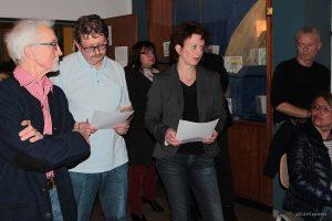 Wahlleiterin Angela Kuhn gibt im Schulhaus Eisingen das Ergebnis der Bürgermeisterwahl bekannt.