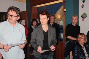Roland Berberich und Wahlleiterin Angela Kuhn während der Bekanntgabe des Wahlergebnisses der Bürgermeisterwahl im Schulhaus Eisingen.