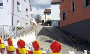 Baustelle im Müllersweg - Baustellen und Baumaschinen prägen seit geraumer Zeit das Ortsbild von Eisingen, so wie hier im Müllersweg, in dem die Kanalbauarbeiten zügig vorangehen.