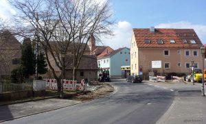 Baustelle in der Hauptstraße am Place de Bernières-sur-Mer - Die Ortsmitte von Eisingen am 24.03.2014 - Baustellen und Baumaschinen gehören zwischenzeitlich zum gewohnten Bild.