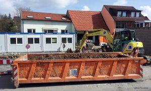 Baustelle im Wiesengrundweg - Seit Montag, 17. März 2014 ist die Neugestaltung des Place de Bernières-sur-Mer in vollem Gange. Ein Parkplatz mit zehn Stellplätzen entsteht derzeit im Wiesengrundweg schräg gegenüber.