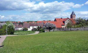 Pfarrhaus und St. Nikolauskirche am 7. Mai 2015