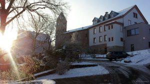 Pfarrkirche St. Nikolaus und Rathaus. Bislang kältester Tag des Jahres. Am Morgen bis Mittag lagen die Temperaturen um die -10 °C.