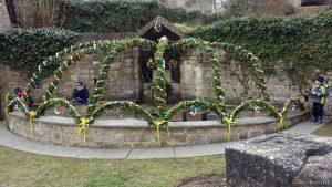 Osterbrunnen am Dorfbrunnen mit dem Göpelstein - Die Eisinger Hexen bedanken sich bei den Mädchen und Buben, die geholfen haben, den Osterbrunnen mitzugestalten. Mit großem Eifer wurden 1.200 Eier künstlerisch bemalt.