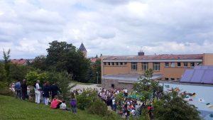Sommerfest der Kita St. Nikolaus - Auftakt am 6. Juni 2016 war um 13:00 Uhr eine Aufführung der Kinder am Schulpausenhof