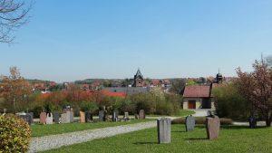 Neuer Friedhof und St. Nikolauskirche am 18. April 2018